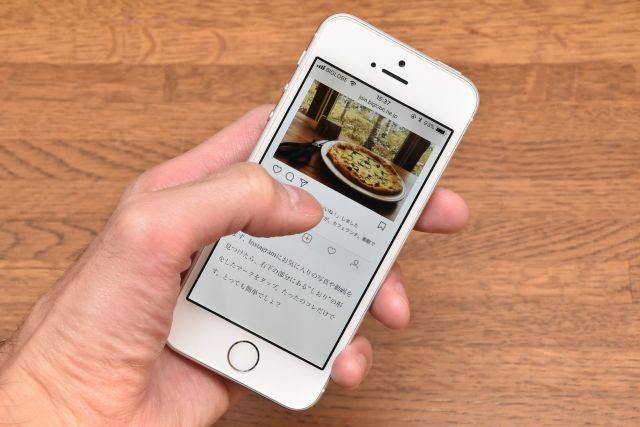 """487536efb4 まず""""iPhone SEならでは""""のポイントであるのが小柄な本体サイズ。手の小さな人でも片手で持ち、操作しやすい大きさです。"""