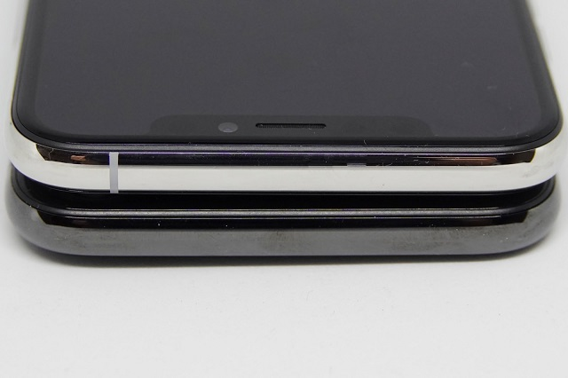 iPhone Xsの本体上下にアンテナ線が1本ずつ追加