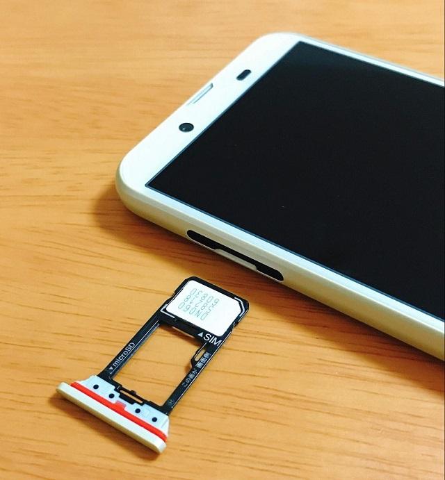 SH-M08のSIMトレイを引き出し、SIMカードを装着