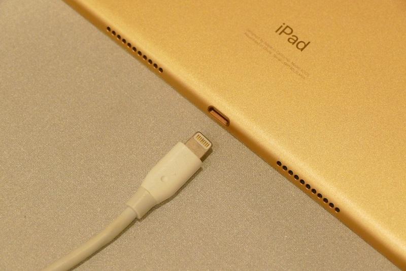 iPad AirのコネクタはLightning