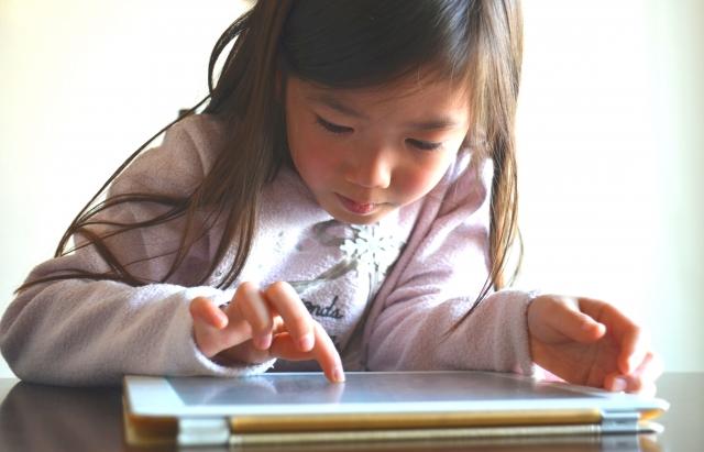 子どもがiPadを使用している様子