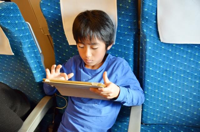 新幹線でタブレットを使う子ども